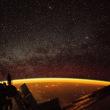 NASAが、神秘的なオレンジの輝き、「大気光」の撮影に成功した。