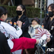 ソウル日本大使館前の少女像の所で開かれたデモで、テコンドー練習生が日本の旭日旗を貼り付けた板を撃破するパフォーマンス