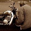 バイクを降りる気のない隣のおいちゃん