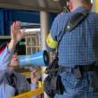 朝日新聞のカメラマン「通行の邪魔になる」警備の注意を聞かずに脚立を置いて撮影を継続~ネット「朝日新聞のモラルw」「こういう人達って取材のためなら何やってもいいって思ってるよね」