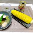 最近の夕食。モロコシと煮物、何でもトッピング タイのガパオ風ドライカレー、スーパーのにぎり。