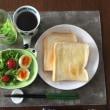 8/19(土)朝食(食パン 、サラダ、コーヒー)。
