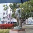 雨に濡れる少年像