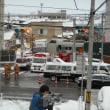 あ~っ、やっちゃったぁ~・・・店の前の踏切。トラックと特急衝突!店の前は警察・消防・救急・TV局・・・騒然!