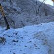 雪化粧の谷間を走行
