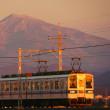 東武伊勢崎線・朝陽を浴びる赤城山と東武電車!!
