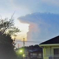 夏の夕べの積乱雲
