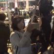 「偏向報道やめろ!」「サンデーモーニング!俺たち映してくれよ!」安倍首相秋葉原演説でマスコミに抗議する人たちをスマホで撮る香港フェニックスのスタッフ~ネットの反応「『関口宏呼んでこい!』ワロタw 」