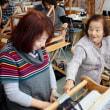 お母さんと一緒に手織り体験      竹島クラフトセンター