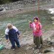 雨の中での川釣り&バーベキュー