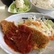 白身魚のフライ、トマトソースかけ