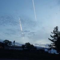 夕陽に光る飛行機雲