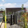 要塞の家としての佇まい・・・・タイルの質感と全体でのバランスは庭(庭園)と一体で融合構成する視界としての情報を整理することにより心地よさも変化しますからね、緑のバランス、視界や視野の設計。