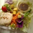お昼は、ローソンさんの蒸し鶏のサラダ!