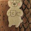 「コーヒーで仕事の疲れを癒すお父さん熊」のブローチ