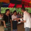 ホアナ村小学校に奨学金を手渡しました