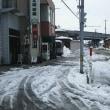 天候も暖かくなってきたぞ。店の前・・・先日の大雪の山をどんどん崩しています!どんどん融けろ!