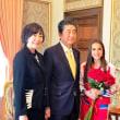 ロシア訪問の外交的成果。安倍は、秋田犬に抱きつくのに成功!