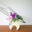 フトイの線・モンステラの面にトルコキキョウ・・自由花