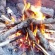 仲間と湖畔で焚火