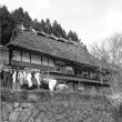茅葺き民家 石垣に建つ