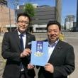 #100万人訪問調査運動  五月晴れの札幌市内で青空懇談。公明党の中小企業ハンドブックは、とてもわかりやすいと好評です。