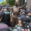 韓国・・・市民運動が権力に負けたwww 蝋燭もって集合ニダw   「物理的に不可能だ」徴用工像、いったん設置断念