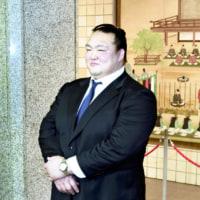 ◇大相撲の元横綱稀勢の里の荒磯親方が、両国国技館で年寄総会にスーツ姿で出席!