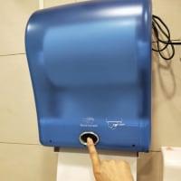 衛生紙自動給紙機前揮手無效(オートペーパーディスペンサー 手振っても意味ないから)