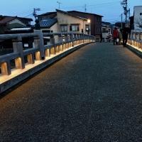 中の橋のライトアップ。