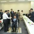 けん引式補助装置がついた車イスに試乗しました(2月7日)。人力車の原理で、ガレキの上も車椅子で避難できるそうです。