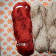 柿の葉・枝で染めた糸を織る