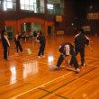 授業参観日。2年A組は体育でした。ラジオ体操の音楽に合わせて、二人一組で体操をする授業でした。みんな、とっても楽しそうに活動していました。