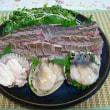 まえかわはるみの家ごはん       イサキの松皮つくりとホッキ貝の刺身  伊賀鉢皿 ビードロ釉