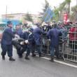 <17日の辺野古>沖縄県警、昨日の地裁判決にもかかわらず、今日もゲート前で不当拘束!