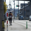 店の前をランナーが次々通過しています。「2018さくら道国際ネイチャーラン」・・・名古屋城から金沢兼六園まで250kmを36時間以内で走破。ご近所にはエイドステーションも・・・
