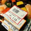 シンガポールのスーパー店頭に並ぶ折詰め寿司パック、果たして「高い」のか「安い」のか???