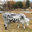 カラフルな牛のオブジェ