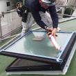 屋根のトップライトの割れたガラスの取替