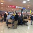 スーパーには雨降りだけど多くの人が来ています。中国の人も多く来ますよ。