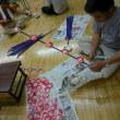 手作りの花で祭りを作る町