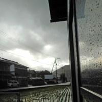 降ったり,止んだり、降る時の雨の粒は屋根で音を立てる程に大きい