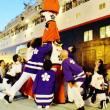 今治市の伝統芸能の継ぎ獅子でクルーズ客船を見送り