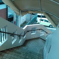 階段を降りながら