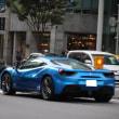 フェラーリ最新モデルと警察車両