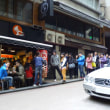 香港で行列による経済損失、1年でUS$24億。