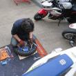 一人前のオフローダーになる為に、ファイト!タイヤ交換実習です。