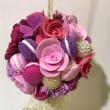 ベリー系の色でマカロンと薔薇のフラワーボール