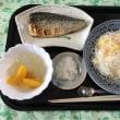 昼飯。焼き鯖を食べます。いただきます。