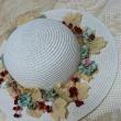 白く輝くコスモスと、小さな帽子飾り。
